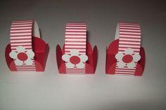 Preço Unitário Peças confeccionadas com técnicas de scrapbook Forminhas para doces com alças para enfeitar a mesa da festa, ou usar como lembrancinha Feito por encomenda R$0,50