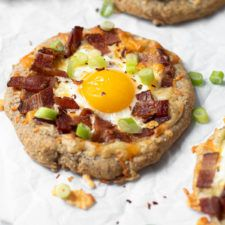 Don't just save pizza for dinner–it's perfect for breakfast too! This Breakfast Pizza is totally customizable but we think it should definitely include eggs, bacon, and cheese, also known as the breakfast classics! These individual breakfast pizzas are gluten and grain-free, and easily made Paleo and Whole30-friendly. Breakfast Pizza, Breakfast For Dinner, Breakfast Sandwiches, Breakfast Bowls, Breakfast Skillet, Paleo Breakfast, Breakfast Time, Breakfast Ideas, Paleo Pizza