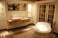 Teakhout in de badkamer stoer en brocant in meerdere meubels en stylen @ by Walter bv
