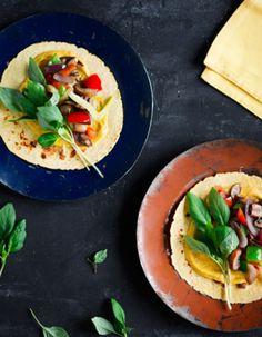 Apetit-reseptit - Tortillat grillikasviksilla ja hummuksella - Tortillalle herkut grillistä ja nippu äidin yrttipenkistä. Ja ruokahetki voi alkaa. Tacos, Mexican, Fish, Ethnic Recipes, Blessed, Peace, Red Peppers, Pisces, Sobriety