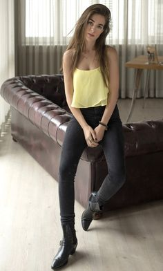 Bensu Soral Sexy Jeans, Turkish Actors, Girls Jeans, Casual Wear, Actors & Actresses, What To Wear, Hot Girls, Fashion Dresses, Beautiful Women