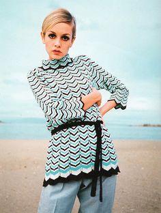 A rare photo of Twiggy wearing trousers, 1967 . Style Twiggy, Twiggy Model, Sixties Fashion, Retro Fashion, Vintage Fashion, Lauren Hutton, Retro Mode, Mode Vintage, Style Année 60
