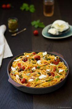 Köstliche und schnell gemachte Pasta mit gerösteten Tomaten und Mozzarella. Thai Recipes, Pasta Recipes, Italian Recipes, Yummy Recipes, Vegan Pad Thai, Pesto Pasta, World Recipes, No Cook Meals, Superfood