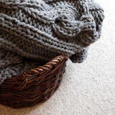 Duży szary pled 200 x 160 dziergany na drutach. Ciepły. Może też służyć za koc, dywan, plac zabaw dla dzieci :)  #handmade #knitting #bulky #chunky #rękodzieło #narzuta #pled #manufaktura #włóczka #dzianie #dzierganie #druty #koc