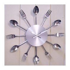 Reloj de Pared Diseño Cubiertos. Este original reloj es perfecto para cocinas y comedores. Medidas diámetro de 38 cm. Funciona con 1 pila...