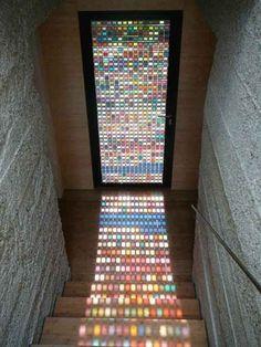 Uma porta de vitrais coloridos
