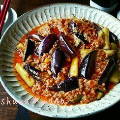 こんばんは~♪ さっそくですが今日の夕御飯(#^.^#)♪ リクエスト頂いてた茄子料理です。 茄子と言えばやっぱり麻婆茄子♪ ポイントを押さえて作ればお店にも負けない美味しいピリ辛麻婆茄子が出来ちゃいますよ~ もう市販の素はいらないかも (*´艸`) 白ご飯を多めに炊いて♪良かったらぜひぜひ試してみて下さいね(#^.^#)♪ ポイントは麻婆豆腐や春雨と同じで、ひき肉をしっかり炒めること! さらに味噌を加えてからもしっかり炒めて旨味を引き出して下さいね♪ 茄子は水にさらなくて大丈夫です♪その代わり切ったらすぐにフライパンに投入して調理して下さいね♪