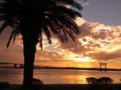 潮干狩りと海水浴が同時に楽しめる遠浅の海。夕日に染まる海岸もロマンチックです。