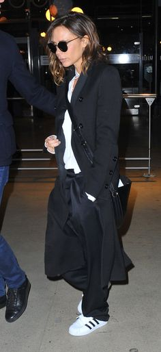 Victoria Beckham Swaps Out Her Stilettos for a Chic and Comfy Airport Shoe Victoria Beckham Outfits, Victoria Beckham Style, Victoria Style, The Beckham Family, Airport Style, Airport Chic, Airport Outfits, Street Style, Fashion Week