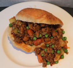 Vetkoek and curried mince. Delicious curried beef mince served inside a traditiona vetkoek. A great alrnative to the normal curry and rice. How To Make Curry, Hottest Curry, Lamb Curry, Dutch Oven Recipes, Carrots And Potatoes, South African Recipes, Jamaican Recipes, Frozen Peas, Recipe Collection