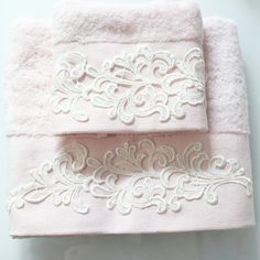 El ve yüz havlusu Hand Embroidery, Embroidery Designs, Decorative Towels, Shabby Chic Pink, Elegant Home Decor, Sewing Table, Bathroom Towels, Sofa Pillows, Filet Crochet