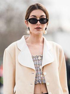Las perlas se han considerado durante mucho tiempo como una piedra para las mujeres maduras. Por lo tanto, hay mujeres que les da miedo usar las joyas con perlas. Y decimos: ¡en vano! Solo mira las ideas modernas. ¡Estas joyas no añaden años adicionales y se ven muy elegantes Vogue Paris, Vanity Fair, Gq, Fashion Accessories, Fashion Jewelry, Girls World, Street Style, Beach Look, Baroque Pearls