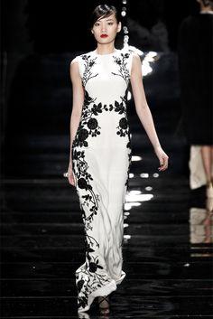 Cineserie in bianco e nero. Sfilata Reem Acra New York - Collezioni Autunno Inverno 2013-14 - Vogue