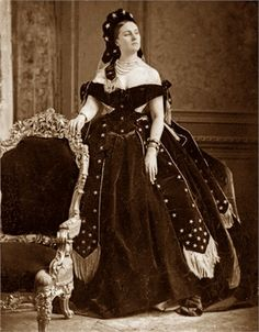 The Countess di Castiglione was famous for her beauty — and her extensive, obsessive documentation of it. 1870s Fashion, Edwardian Fashion, Vintage Fashion, Vintage Glamour, Vintage Beauty, Vintage Ladies, Historical Costume, Historical Clothing, Historical Photos