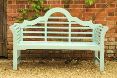 Using the same design that was created by the renowned architect Sir Edwin Lutyens over 100 years ago, this garden bench is a classic.