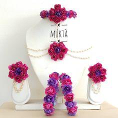 Flower Jewellery For Mehndi, Flower Jewelry, Bridal Henna Designs, Mehndi Designs, Desi Wedding Decor, Indian Jewelry Sets, Flower Ornaments, Stylish Jewelry, Jewelry Accessories
