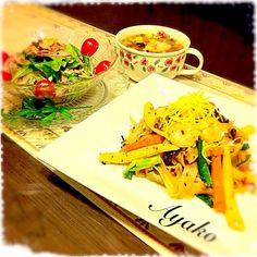 パッキーマオは、ガパオの麺バージョンという感じ。センヤイという太く平たい米の麺で頂きます♪ だけど、辛い!辛い! 辛いの大好きな人には、お勧め(^^;; ラープは、タイの郷土料理のサラダ。 鶏肉で作ると「ラープガイ」、豚肉だと「ラープムー」となります(*^^*) - 143件のもぐもぐ - パッキーマオ(スパイシーバジル炒めヌードル)、ラープツナ(タイ風ツナサラダ)、春雨スープ by ayako1015