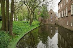 Our moat keeps out all possible intruders at Kasteel Well. Emerson College