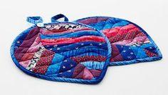 Diese schönen Topflappen im Quilt-Look lassen sich aus kleinen übriggebliebenen Stoffstreifen nähen. Wir wünschen Ihnen viel Freude beim kreativen Gestalten an Ihrer Nähmaschine.