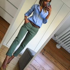 White shirt and olive pants Casual Work Outfits, Business Casual Outfits, Work Casual, Stylish Outfits, Fall Outfits, Cute Outfits, Estilo Casual Chic, Casual Chic Style, Pantalon Vert Olive