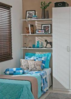 Mantidos o armário, a cama e as prateleiras, o ambiente ganha versões para moça, rapazes e crianças. Acessórios e revestimentos são o truque.