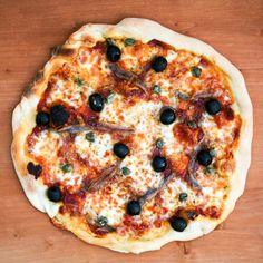 Pizza Napoli – Pizza mit Sardellen, Oliven und Kapern I Mediterran Kochen - Foodblog