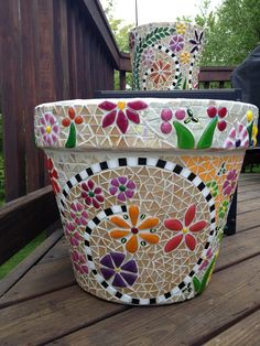 I've planted some pretty blue pansies in my blue mosaic pot.I like the combination of the open spiral and the flowers Mosaic Planters, Mosaic Garden Art, Mosaic Tile Art, Mosaic Vase, Mosaic Flower Pots, Blue Mosaic, Mosaic Crafts, Mosaic Projects, Pebble Mosaic