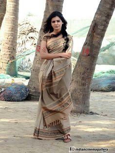 How am I in saree - Samantha Ruth Prabhu - Samantha In Saree, Samantha Ruth, Indian Film Actress, Indian Actresses, Khadi Saree, Sari, Samantha Images, Simple Blouse Designs, Indian Fashion Designers