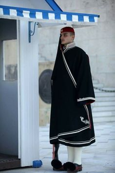 Evzone guarding the Tomb of the Unknown Soldier in Athens wearing the winter dark blue cape (κάπα). Greek Traditional Dress, Winter Cape, Greek Beauty, Greek Clothing, In Ancient Times, Folk Costume, Beautiful People, Blue And White, Dark Blue