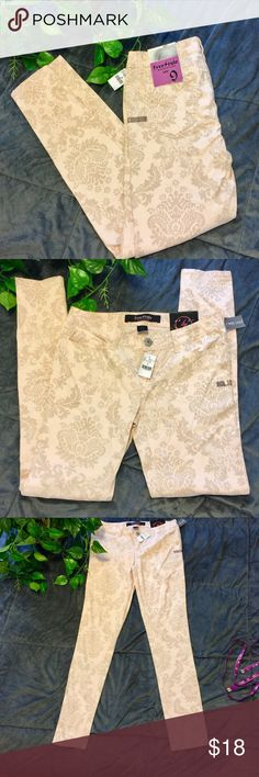 """🌷SALE🌷Wet Seal Freestyle Revolution Peach Print Wallpaper Print Inseam Is Approx 30"""", Waist Is Approx 15"""" Flat Across. They Are A Very Pretty Light Peach Color And Tags Still On Wet Seal Jeans Ankle & Cropped"""