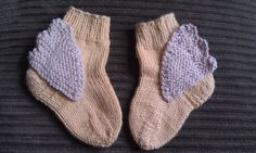 Knitting baby booties doesn't mean you should be restricted to making just blue, pink or yellow patterns with no pizazz. Give your baby sock patterns a much needed dose of fun with these clever Hermes Winged Baby Booties. Knitting Patterns Free, Knit Patterns, Free Knitting, Baby Knitting, Crochet Baby, Free Pattern, Knit Crochet, Crochet Socks, Knitted Baby