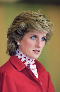 Diana, Princess of Wales Look at how blue her eyes are in this photo! Princess Diana Fashion, Princess Diana Pictures, Princess Diana Family, Princess Kate, Princess Of Wales, Princesa Diana, Elisabeth Ii, Lady Diana Spencer, Queen Elizabeth