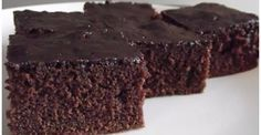 Tão delicioso e suave que derrete na boca, este bolo de chocolate no liquidificador é o bolo ideal para um lanche . Basta colocar todos os ingredientes juntos no liquidificador, bater e assar! INGREDIENTES 1 xícara de leite 3 ovos 4 colheres de sopa de margarina 2 xícaras de açúcar 1 xícar