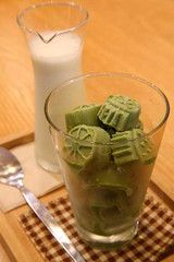 Matcha ice cubes. Stylish idea to dress up your cocktails. lemonade, milk, fizzy water. Put one bright green ice cube in your Prosecco and see the bubbles dance.