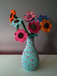 Crafts, like the crochet flower, are for many people a therapy or a way to relax and for many others it is a way to earn money. In both cases, crochet is Crochet Vase, Crochet Towel, Crochet Buttons, Love Crochet, Flower Crafts, Diy Flowers, Crochet Flowers, Crochet Chart, Crochet Motif