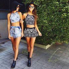 Mejores amigas tomadas de las manos usando la misma ropa