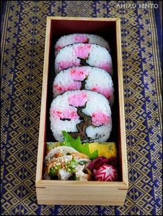 Lovely traditional bento box with cherry tree sushi roll, omelette, sesame salad with tuna and lotus root, red cabbage, and radish Japanese Food Art, Japanese Lunch Box, Japanese Sweets, Japanese Meals, Japanese Sushi, L'art Du Sushi, Sushi Art, Sushi Salad, Kawaii Bento