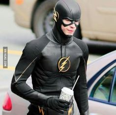 It looks kinda like kid flash in season one of young justice. Am I the only one who sees that? <---- I'm just hoping they aren't using the Black Flash storyline, but yeah it totally does. Foto Flash, Rasengan Vs Chidori, Flash Wallpaper, Flash Barry Allen, The Flash Grant Gustin, Cw Dc, Dc Tv Shows, Kid Flash, Flash Art