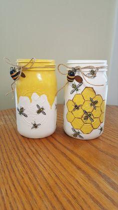 Pot Mason, Mason Jar Vases, Mason Jar Centerpieces, Mason Jar Crafts, Bottle Crafts, Mason Jar Art, Painted Mason Jars, Mason Jar Painting, Bee Crafts
