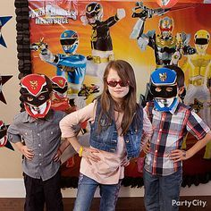 Gear the birthday guests for party action with Power Rangers masks and wristbands!