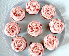 Cupcakes med citron, blåbär & vanilj   Catarina Königs matblogg Mini Cupcakes, Cupcake Cakes, Dessert Recipes, Desserts, Afternoon Tea, Amazing Cakes, Cheesecake, Sweets, Lunch