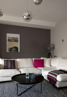 salon en gris avec canapé blanc,coussins multicolores et suspensions boules