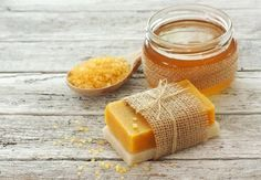 Honey and carrot soap to combat wrinkles and acne Tengo una amiga –prometo que zero Homemade Beauty, Diy Beauty, Carrot Soap, Diy Savon, Honey Soap, Homemade Cosmetics, Soap Bubbles, Diy Spa, Soap Packaging
