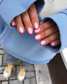 Semi-permanent varnish, false nails, patches: which manicure to choose? - My Nails Cute Acrylic Nails, Cute Nails, Pretty Nails, Minimalist Nails, Hair And Nails, My Nails, Pink Tip Nails, Hot Pink Nails, Nagellack Design
