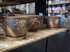 Bohatě zdobené keramické truhlíky. https://www.facebook.com/Niels.Decor.bytove.doplnky.dekorace/photos/pb.415419111930791.-2207520000.1428141928./529989060473795/?type=3