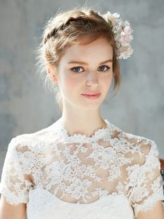 おしゃれ花嫁ヘア&ヘッドアクセ大図鑑 アユミ オカダ 桜の花を象った愛らしいコサージュをニュアンスのあるまとめ髪にオン。コサージュは満開の桜のように広がるようにしてつけて。スウィート&フェアリーなスタイルは、緑あふれるウエディングのシーンに最適!