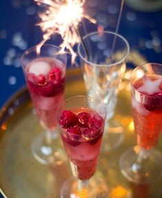 Himbeer Prosecco - perfekt für Silvester! Prosecco Cocktails, Refreshing Cocktails, Fun Cocktails, Cocktail Drinks, Cocktail Recipes, Alcoholic Drinks, Drink Recipes, Food N, Food And Drink