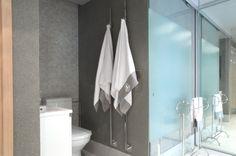 Kylpyhuoneen wc-tila sulkeutuu lasisella liukuovella. #asuntomessut2014
