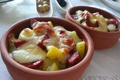 Geçen hafta kahvaltıya gelen arkadaşlarım için hazırlamıştım. Haşlanan patatesler küp doğranır yada püre yapılır. Patates güveçl...