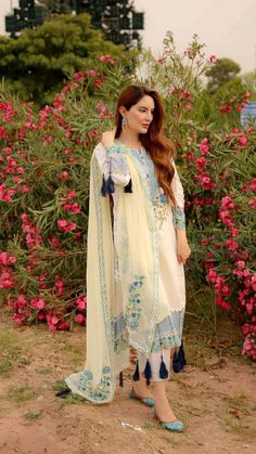 Pakistani Party Wear Dresses, Simple Pakistani Dresses, Designer Party Wear Dresses, Indian Gowns Dresses, Indian Fashion Dresses, Pakistani Dress Design, Indian Designer Outfits, Pakistani Outfits, Fancy Dress Design